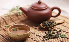 Kanne Tee mit einer Tasse